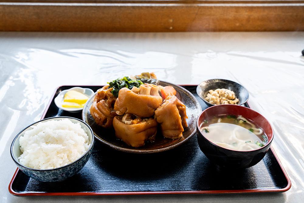 嘉海食堂の人気メニューてびち煮付け定食