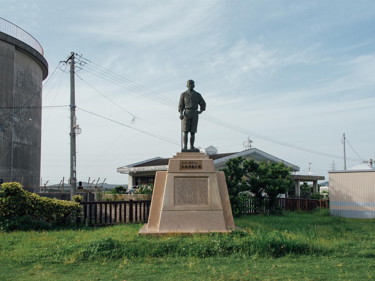 Bronze statue of Kozo Oshiro