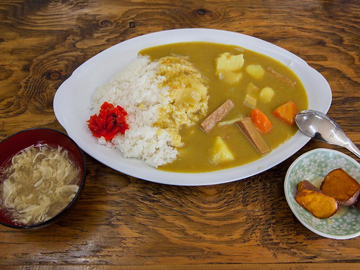 Las patatas ser sirven con bañadas con jarabe de frutas realizado en el establecimiento Ginoza Jam, y el jarabe es también vendido en Chappys.