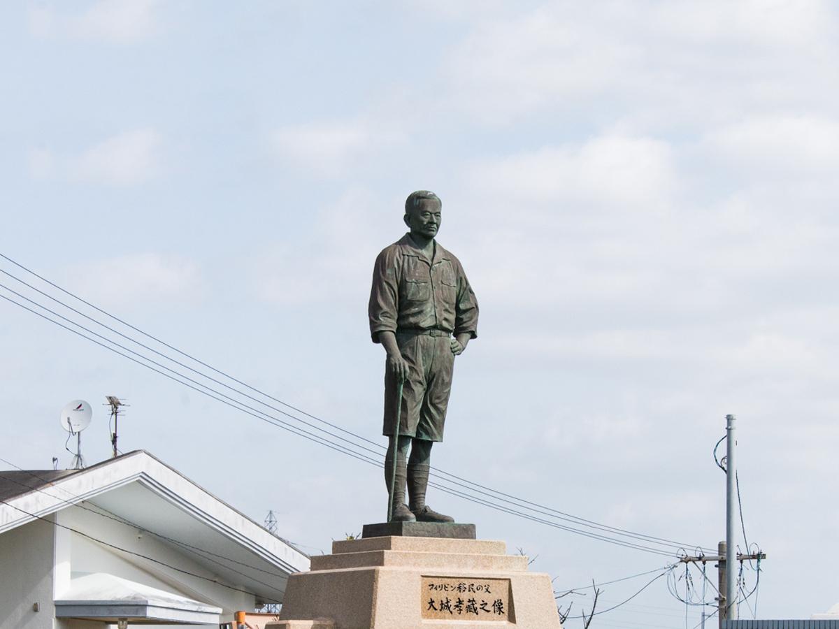 Estatua de bronce de Kozo Oshiro
